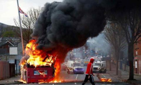 У Північній Ірландії на шосту ніч заворушень викрали і спалили автобус