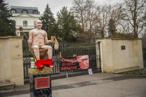 У Празі біля посольства РФ поставили голого Путіна на золотому унітазі