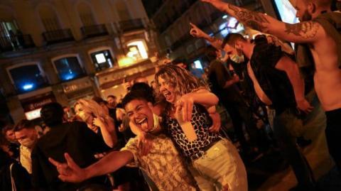 Іспанці відзначили першу ніч без COVID-обмежень масовими вечірками на вулицях