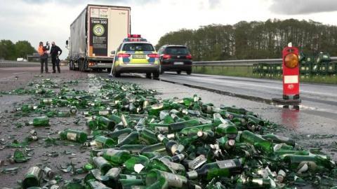 """У Німеччині вантажівка """"загубила"""" на автобані 6 тонн пива, заблокувавши рух транспорту"""