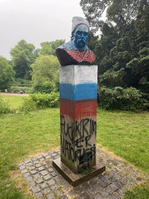 Розфарбували в російський триколор: у Данії спаплюжили пам'ятник Шевченку