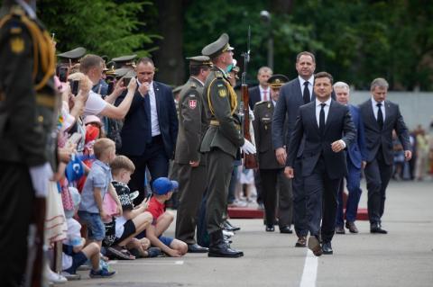 Глава держави вручив дипломи випускникам Національного університету оборони імені Івана Черняховського