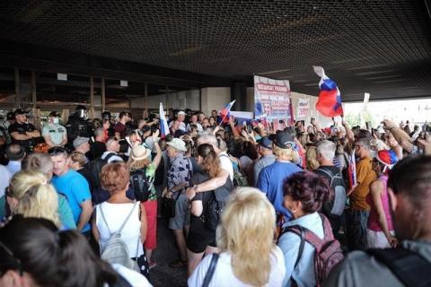 У Словаччині противники вакцинації намагалися прорватися до парламенту