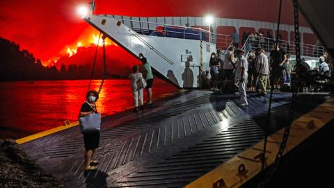 Пожежі в Греції: з'явились перші жертви, з острова біля Афін евакуювали понад 1000 людей