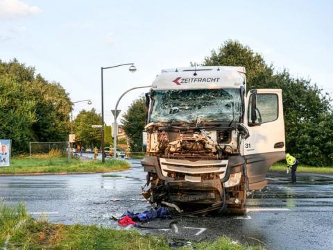 У Німеччині зіткнулися вантажівка й автобус, одна людина загинула