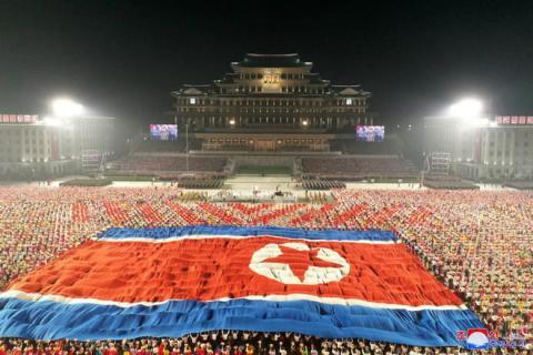 КНДР провела нічний військовий парад: без балістичних ракет, але з костюмами хімзахисту