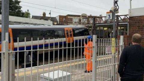 Під Лондоном у годину пік зійшов з рейок потяг, двоє постраждалих
