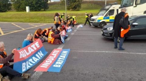 У Британії затримали 35 кліматичних активістів, які блокували траси