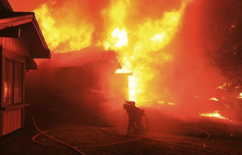 Сотні зниклих безвісті, 17 загиблих: у Каліфорнії далі вирують пожежі