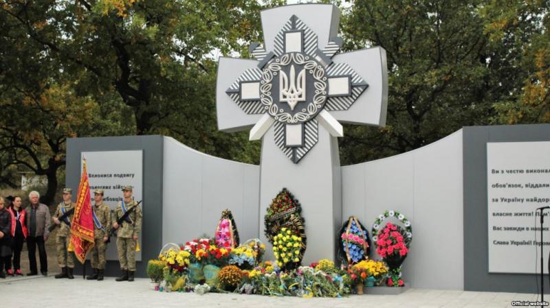 Перед відкриттям на Дніпропетровщині сплюндрували пам'ятник героям АТО