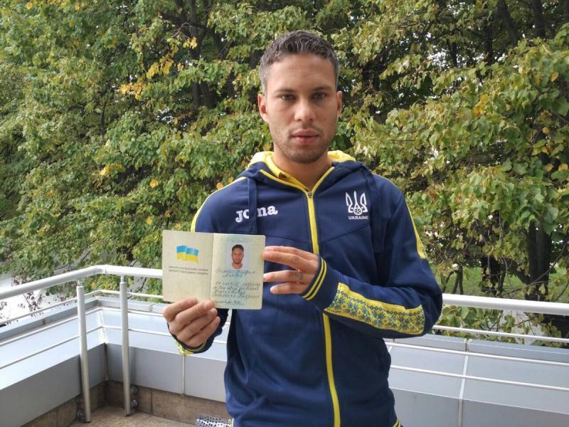 Новачок збірної України з футболу Марлос показав свій український паспорт
