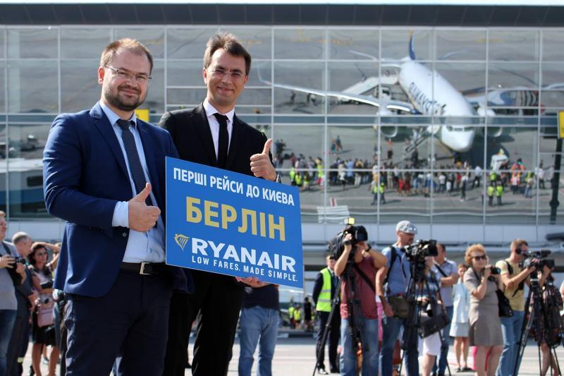 Аеропорт «Бориспіль» зустрів перший рейс авіакомпанії Ryanair, - Володимир Омелян