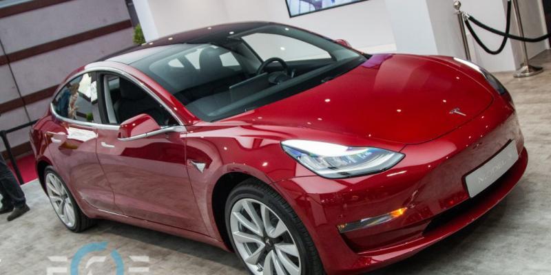 Tesla знизила ціну на свій найдешевший електрокар