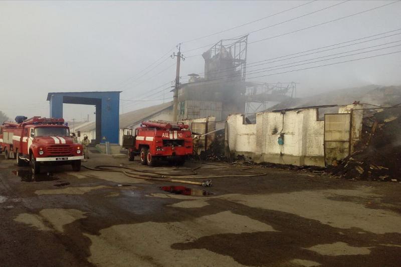 На Харківщині горять зерносклади