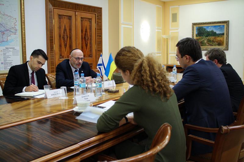 Володимир Омелян зустрівся із Надзвичайним та Повноважним Послом Держави Ізраїль в Україні Йоелем Ліоном