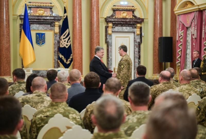 Порошенко вручив високі державні нагороди понад сотні військовослужбовців