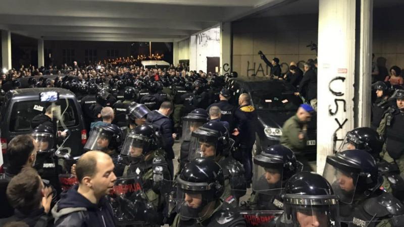 Сербія: правоохоронці силою прогнали демонстрантів з будівлі державної телекомпанії