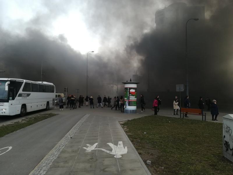 Розсипані яблука і палаючі шини: у Варшаві протестують фермери