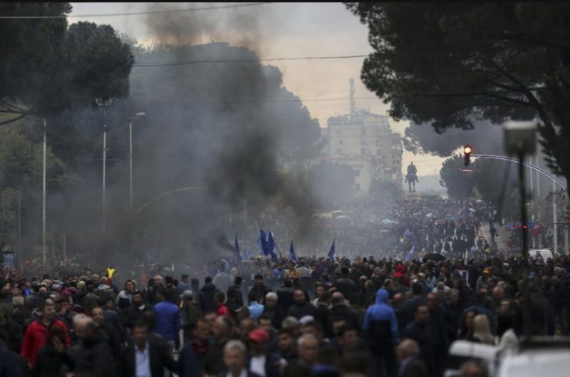 Водомети і штурм парламенту: в Албанії не згасають антиурядові протести