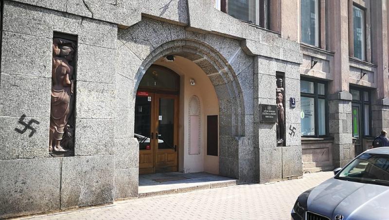 Будівлю Міністерства освіти і науки Латвії вночі обмалювали свастиками