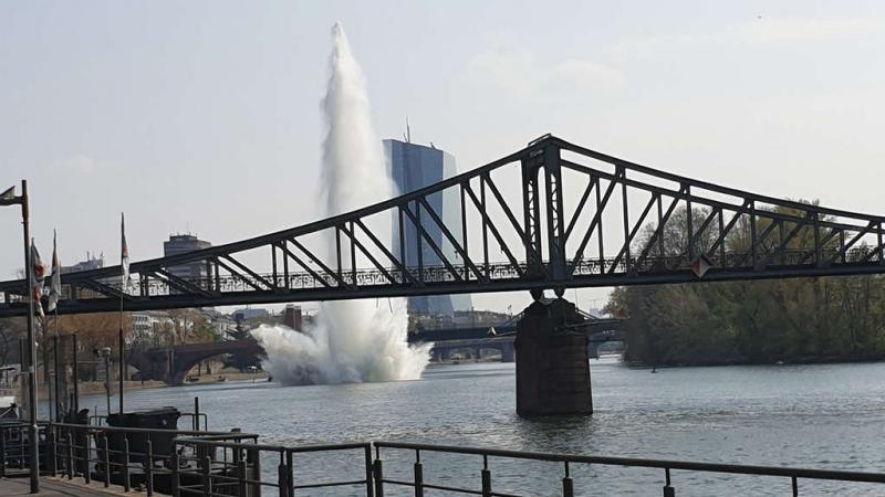 Річковий фонтан і сотні евакуйованих: в Німеччині під водою підірвали бомбу
