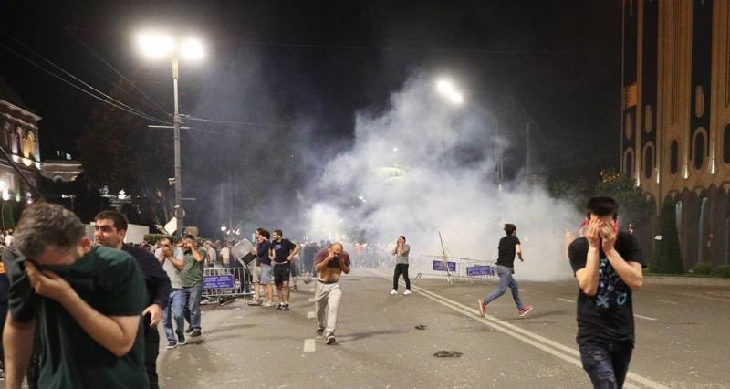 Сльозогінний газ та гумові кулі: грузинська поліція розганяє мітинг під парламентом