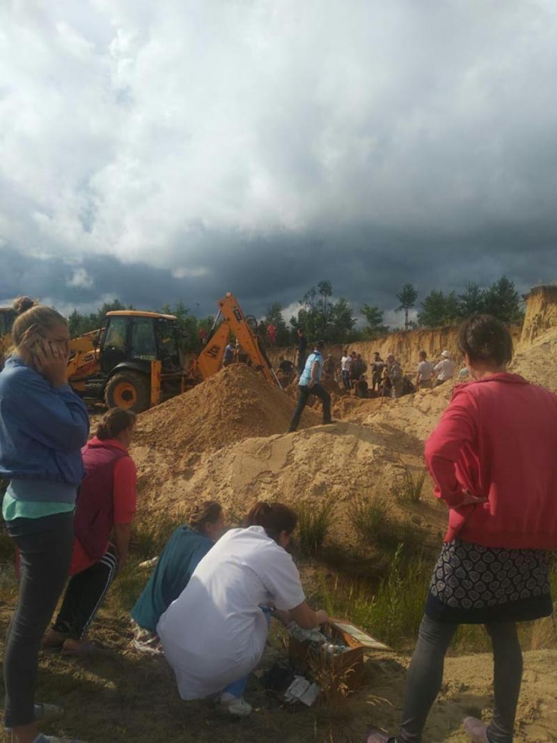 На Рівненщині у кар'єрі піском засипало дітей: тривають пошуки