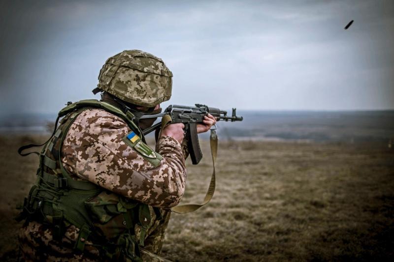 На Донбасі продовжуються бої, загинув один український воїн, – штаб