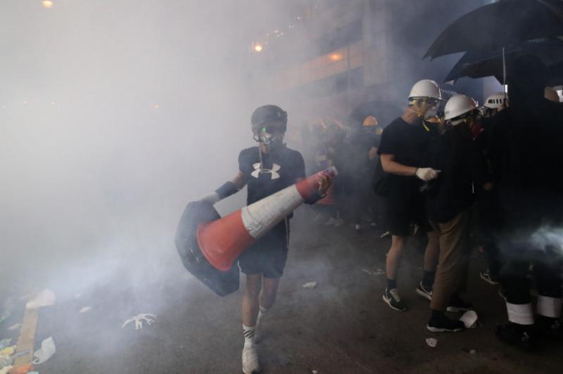 У Гонконзі протестувальники проривалися до представництва КНР: поліція відповіла газом