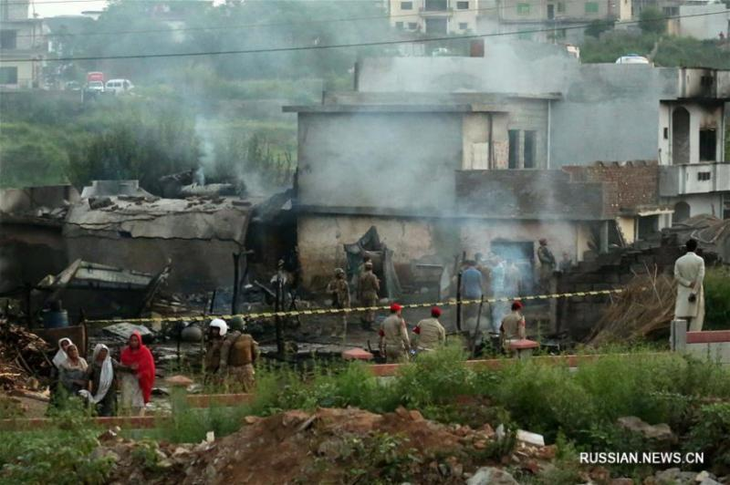 У Пакистані військовий літак впав на житлові квартали: багато загиблих