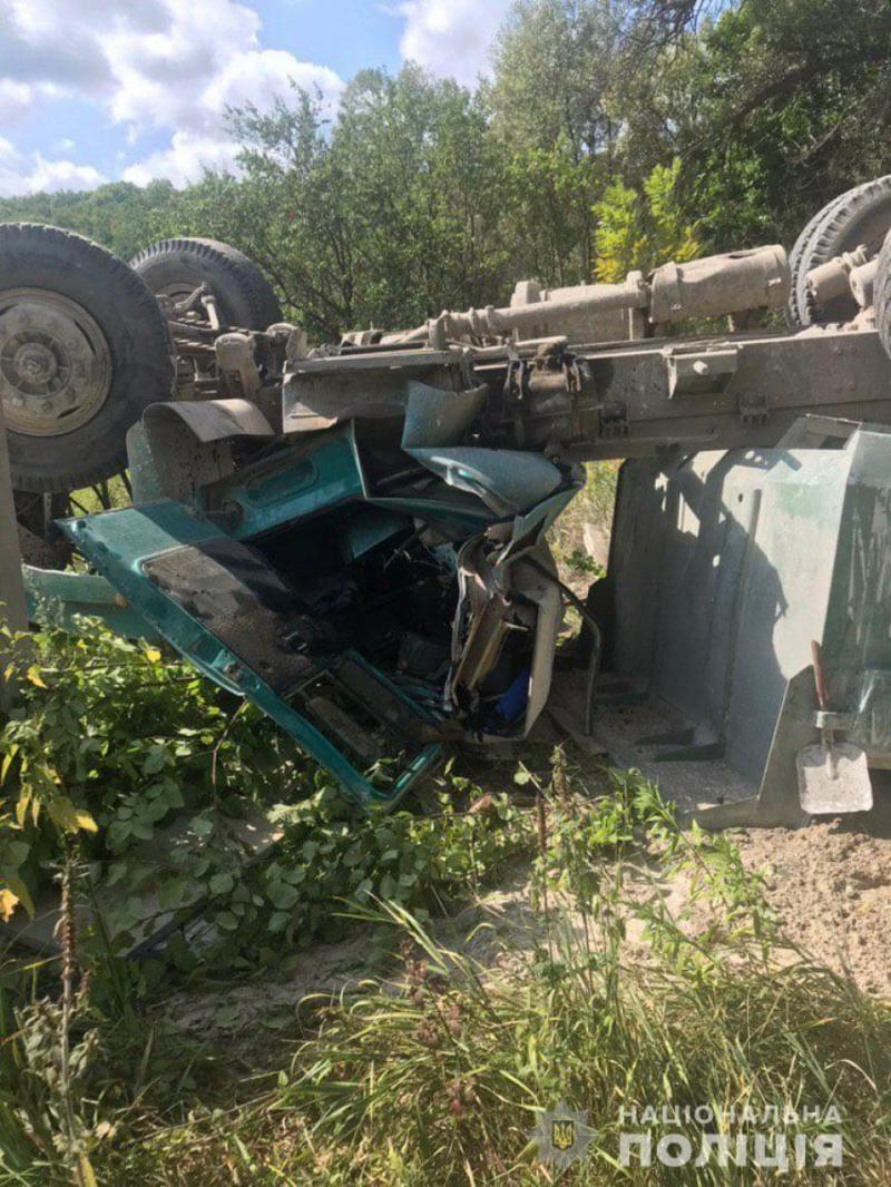 У Харкові вантажівка впала з мосту, водій у важкому стані