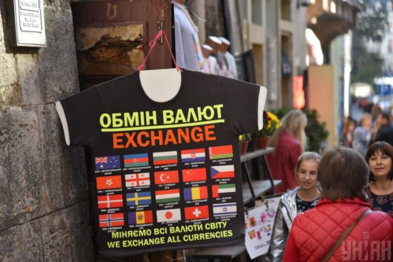 Курси валют у банках: долар - 25,10 гривень, євро - 27,97 гривень