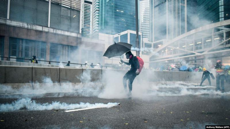 В Гонконзі тривають агресивні сутички між поліцією та учасниками забороненого маршу