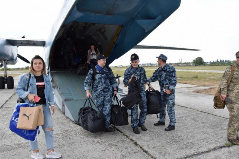 Звільнені з російського полону моряки прибули до Одеси на місце служби