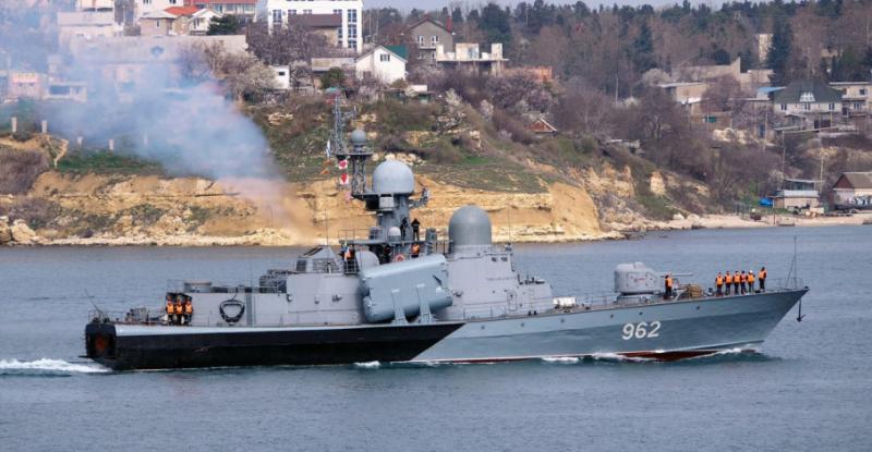 У Криму загорівся російський ракетний катер