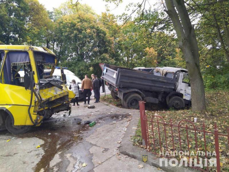 На Львівщині виникла ДТП за участю маршрутки, 10 людей зазнали травм