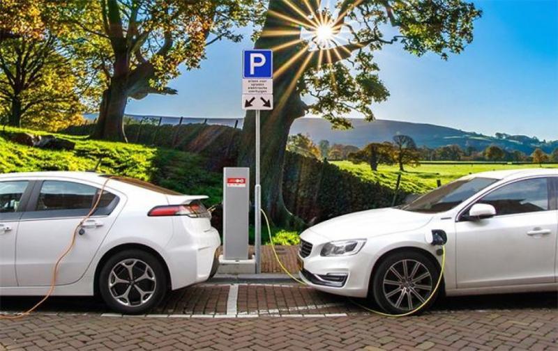 Уряд стимулюватиме міністерства купувати гібридні авто та електромобілі