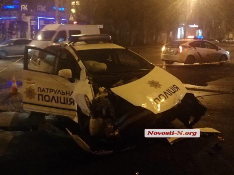 ДТП у Миколаєві: поліцейський автомобіль зіштовхнувся з мікроавтобусом