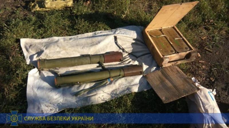 На Луганщині знайшли схрон зі зброєю та боєприпасами, залишений збройними угрупованнями