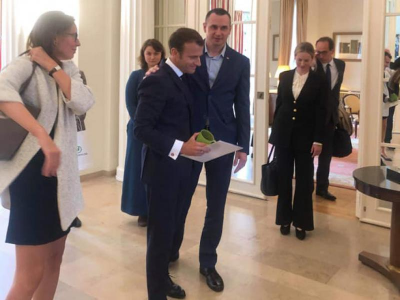 «Щоб ви не забували про наших полонених»: Сенцов подарував Макрону свій тюремний кухоль