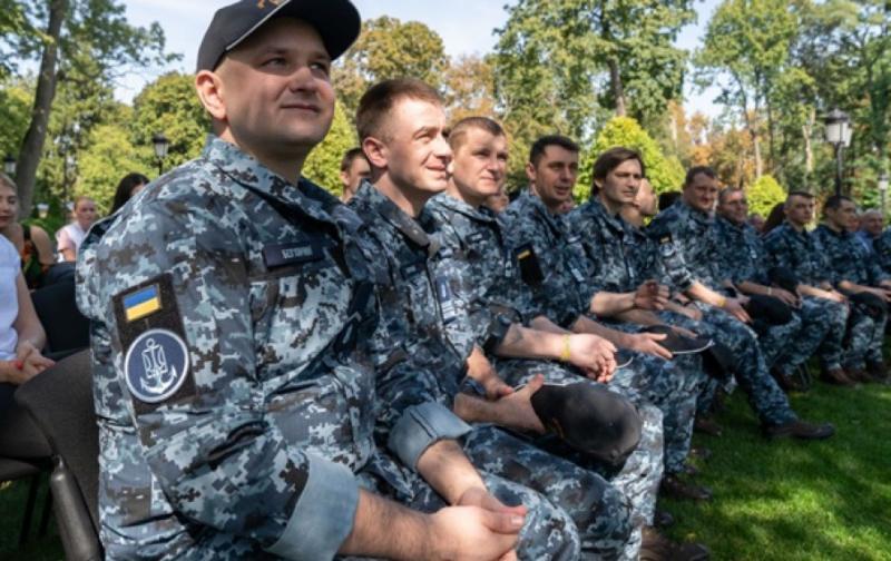 Звільнені з полону РФ моряки отримали обіцяні квартири