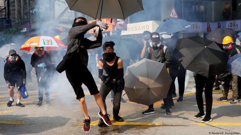 У Гонконгу поліція використала проти мітингарів сльозогінний газ та водомети з фарбою