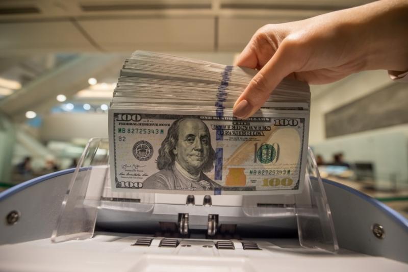Курс НБУ: Долар та євро подешевшали після вихідних