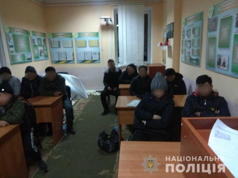 На Закарпатті біля кордону затримали 12 нелегалів