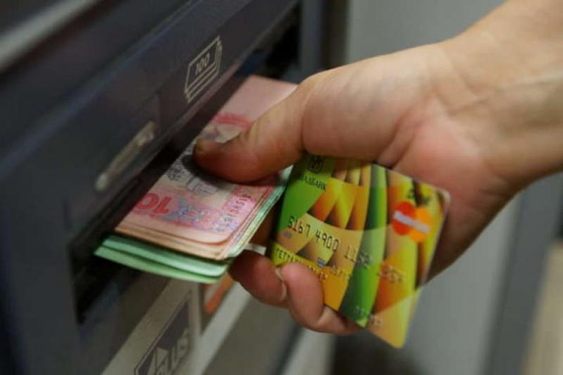 Кабмін переводить усі виплати чиновникам в безготівкову форму