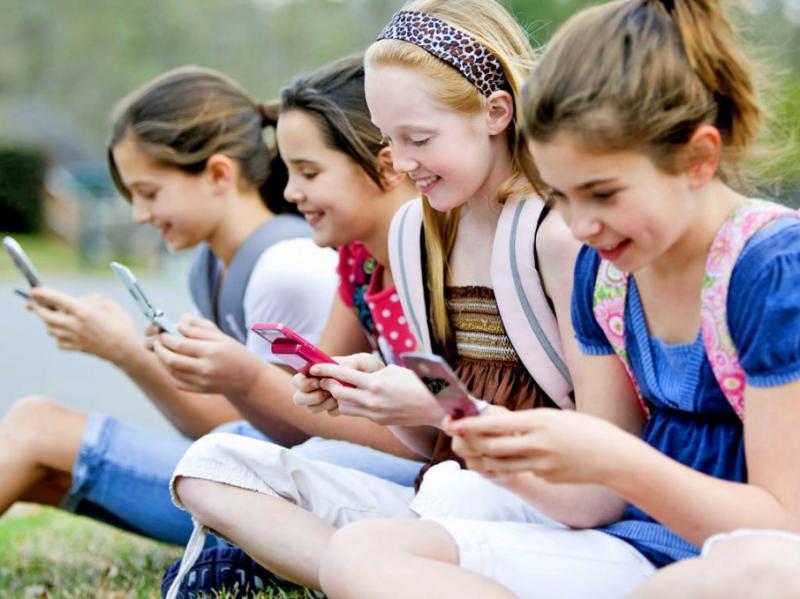 У провінції Канади школярам заборонили користуватися телефонами