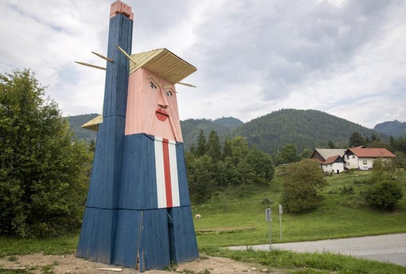 У Словенії невідомі спалили 8-метрову статую Трампа