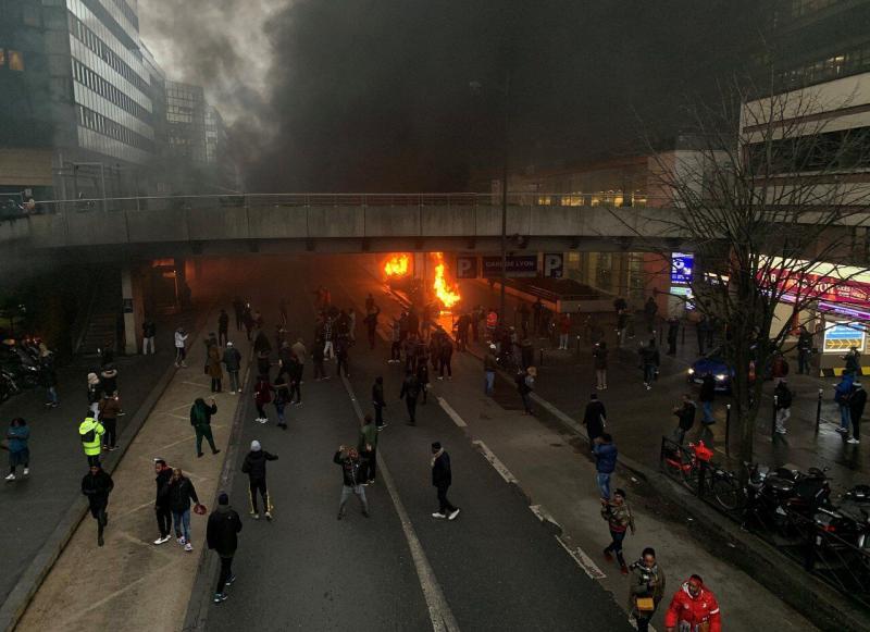 Біля Ліонського вокзалу в Парижі спалахнула масштабна пожежа