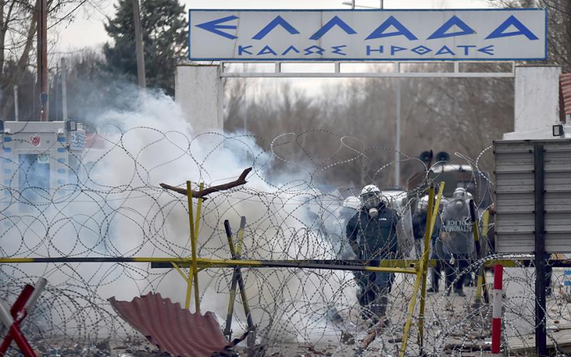 Мігранти проривають кордон ЄС: грецька поліція застосувала сльозогінний газ