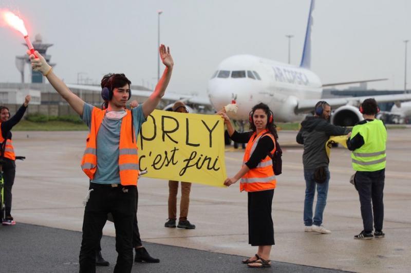 Екоактивісти блокували перші рейси з аеропорту Орлі, який відновив роботу
